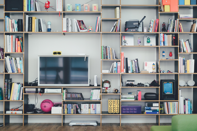 declutter lounge room bookshelf